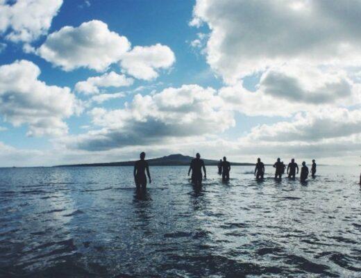 Photo de triathletes dans l'eau