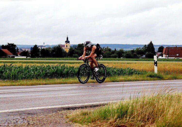 Photo de triathlètes à vélo